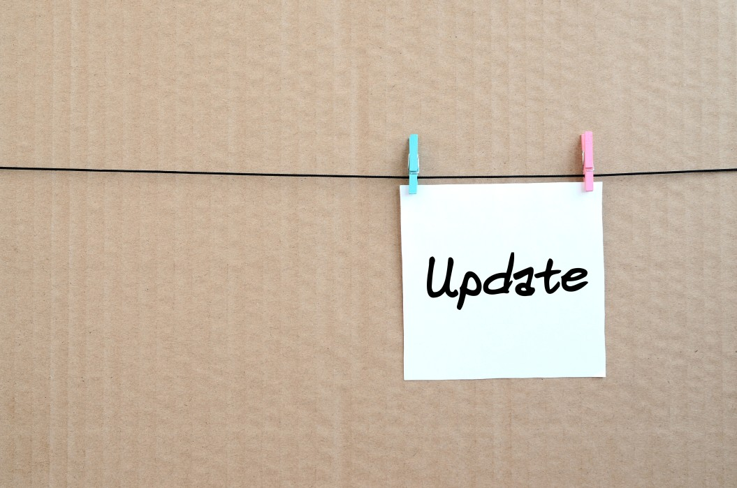 update note is written on a white sticker that hangs with a clothespin on a rope on a background of t20 3QexL3